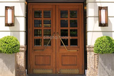 ヨーロッパ調の建物の入口の写真素材 [FYI01269142]