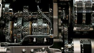 銀色に輝く金属のエンジンパーツの写真素材 [FYI01269143]