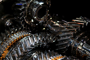 銀色に輝く金属のエンジンパーツの写真素材 [FYI01269144]