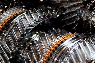銀色に輝く金属のエンジンパーツの写真素材 [FYI01269145]