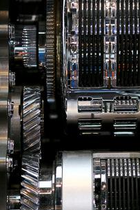 銀色に輝く金属のエンジンパーツの写真素材 [FYI01269146]
