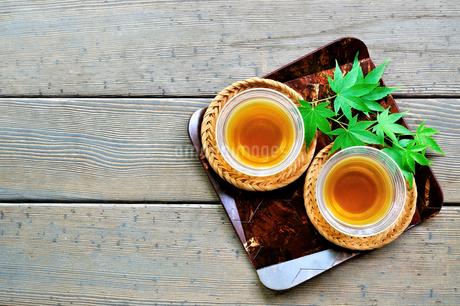 縁側に置いた2客の日本茶の写真素材 [FYI01269156]