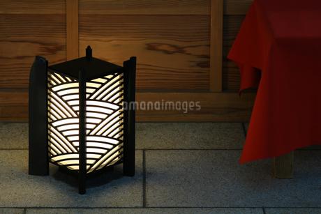 和風の店先を照らす置き灯籠の写真素材 [FYI01269161]