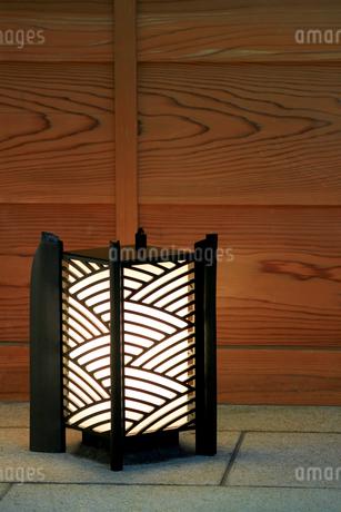 和風の店先を照らす置き灯籠の写真素材 [FYI01269162]