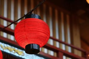 赤い提灯が並ぶ日本の景観の写真素材 [FYI01269163]