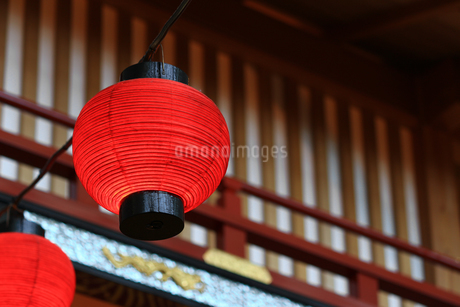 赤い提灯が並ぶ日本の景観の写真素材 [FYI01269165]