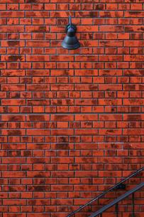 煉瓦の壁に取り付けられたレトロな電灯の写真素材 [FYI01269166]