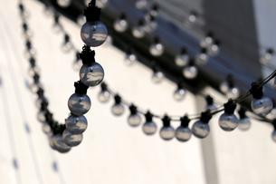 街に飾られたケーブルランプの写真素材 [FYI01269167]