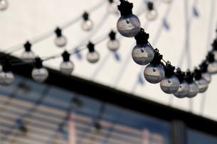 街に飾られたケーブルランプの写真素材 [FYI01269169]