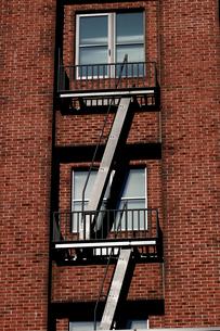 レンガ造りの建物に設置された非常階段の写真素材 [FYI01269170]