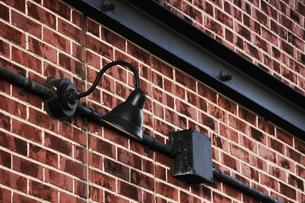 煉瓦の壁に取り付けられたレトロな電灯の写真素材 [FYI01269172]