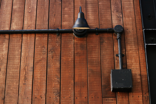 板張りの壁に取り付けられたレトロな電灯の写真素材 [FYI01269173]