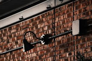 煉瓦の壁に取り付けられたレトロな電灯の写真素材 [FYI01269174]