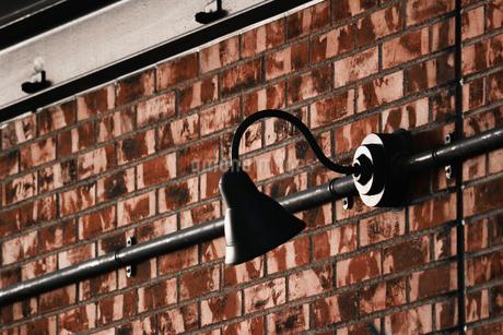煉瓦の壁に取り付けられたレトロな電灯の写真素材 [FYI01269175]