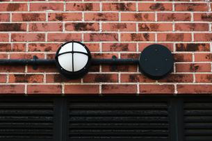 煉瓦の壁に取り付けられたレトロな電灯の写真素材 [FYI01269177]