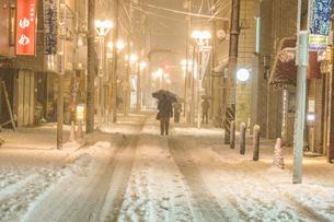 雪が降る街のイメージの写真素材 [FYI01269204]