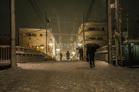 雪が降る街のイメージの写真素材 [FYI01269216]