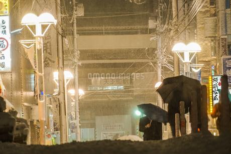 雪が降る街のイメージの写真素材 [FYI01269217]