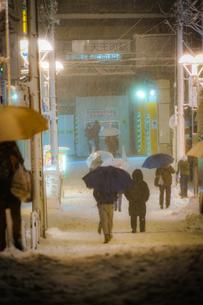 雪が降る街のイメージの写真素材 [FYI01269218]