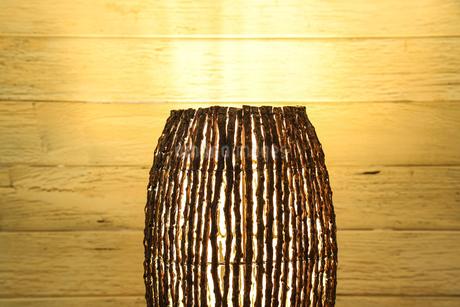 木の枝で作られたランプシェードの写真素材 [FYI01269240]