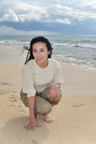 宮古島/ビーチでポートレート撮影の写真素材 [FYI01269390]