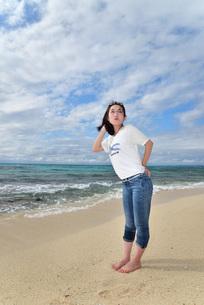 宮古島/ビーチでポートレート撮影の写真素材 [FYI01269402]