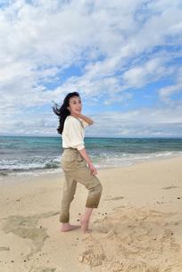 宮古島/ビーチでポートレート撮影の写真素材 [FYI01269410]