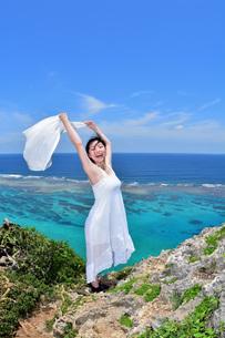 宮古島/四角点の若い女性の写真素材 [FYI01269427]