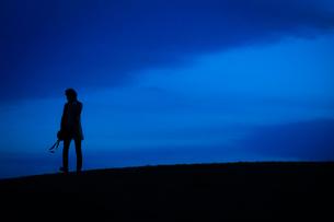 丘に立つ男性のシルエットの写真素材 [FYI01269439]