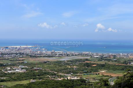 石垣島 エメラルドの海を見る展望台の景色の写真素材 [FYI01269652]