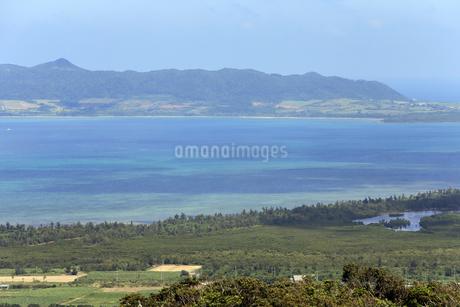 石垣島 エメラルドの海を見る展望台の景色の写真素材 [FYI01269654]