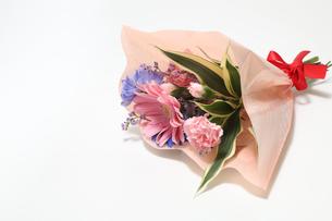 様々な花のブーケの写真素材 [FYI01269693]