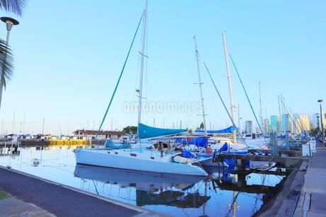 ハワイオアフ島 ヨットハーバー 青い空と青い海の写真素材 [FYI01269856]