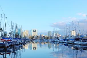ハワイオアフ島 ヨットハーバー 青い空と青い海の写真素材 [FYI01269858]