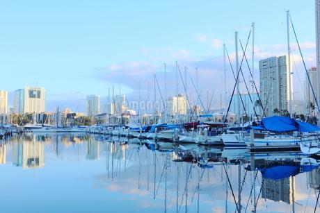 ハワイオアフ島 ヨットハーバー 青い空と青い海の写真素材 [FYI01269859]