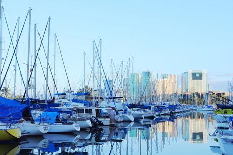 ハワイオアフ島 ヨットハーバー 青い空と青い海の写真素材 [FYI01269862]