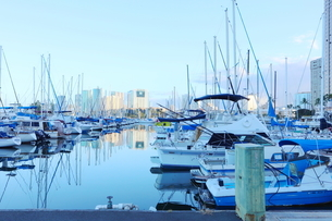 ハワイオアフ島 ヨットハーバー 青い空と青い海の写真素材 [FYI01269863]