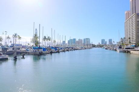 ハワイオアフ島 ヨットハーバー 青い空と青い海の写真素材 [FYI01269882]