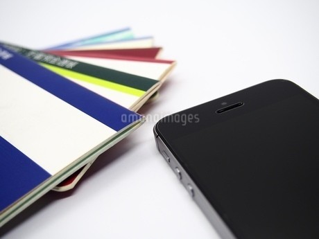 通帳とスマートフォンの写真素材 [FYI01269883]
