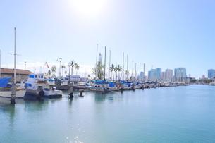 ハワイオアフ島 ヨットハーバー 青い空と青い海の写真素材 [FYI01269884]