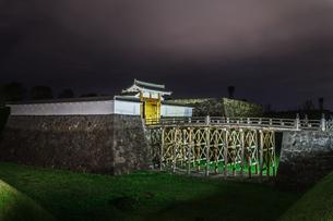 春の山形城跡の本丸一文字門の風景の写真素材 [FYI01270013]