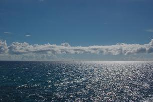 南国沖縄の逆光の海の写真素材 [FYI01270136]
