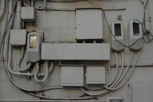 南国沖縄の街中の電気メーターの配線が複雑の写真素材 [FYI01270137]