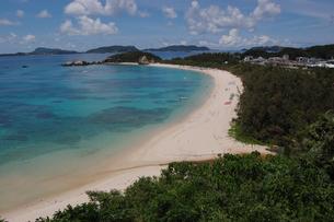 南国沖縄の渡嘉敷島のエメラルドグリーンの海の写真素材 [FYI01270140]