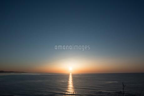 静かな海に沈む夕陽の写真素材 [FYI01270384]