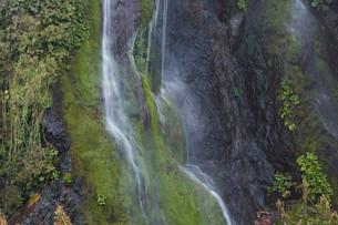 岩肌を流れる小さな滝の写真素材 [FYI01270394]
