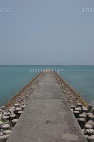 南国沖縄のエメラルドグリーンの海の防波堤の写真素材 [FYI01270534]
