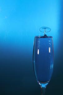 グラスの中のスプラッシュの写真素材 [FYI01270725]