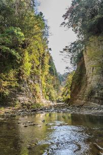 春の養老渓谷の弘文洞跡の風景の写真素材 [FYI01270816]