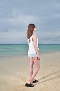 宮古島/ビーチでポートレート撮影の写真素材 [FYI01271066]